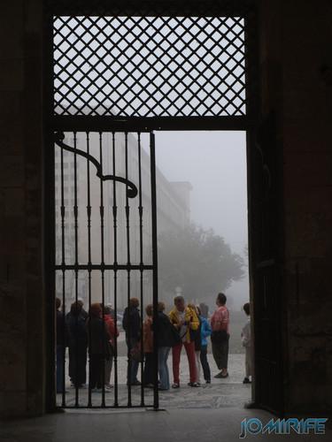 Nevoeiro no pátio da Universidade de Coimbra - Porta Férrea [en] Fog in the courtyard of the University of Coimbra in Portugal