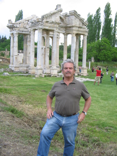 Tetrapylon - Afrodisias.JPG