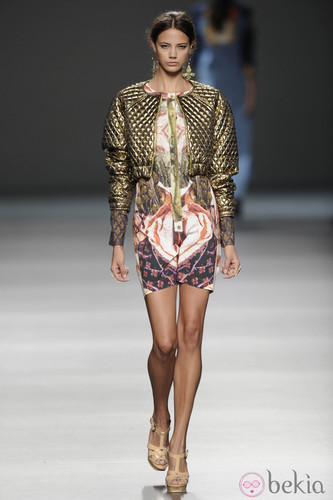 27438_chaqueta-torera-acolchada-dorada-vestido-est
