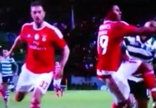 As agressões dos jogadores do Benfica aos jogadores do Sporting que não foram sancionadas pelo árbitro 3/5