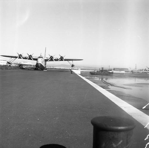 Aeroporto de Cabo Ruivo, vendo-se um hidroavião p