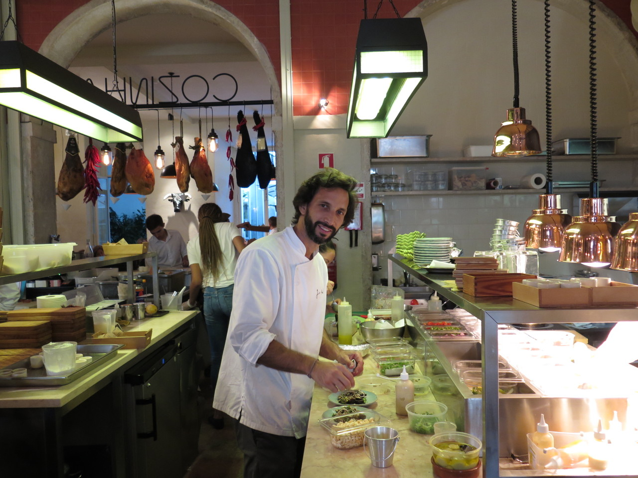 José Avillez finalizando o prato de espargos e cogumelos