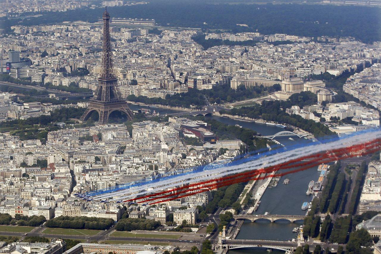 La-patrouille-de-France-a-survole-Paris.jpg
