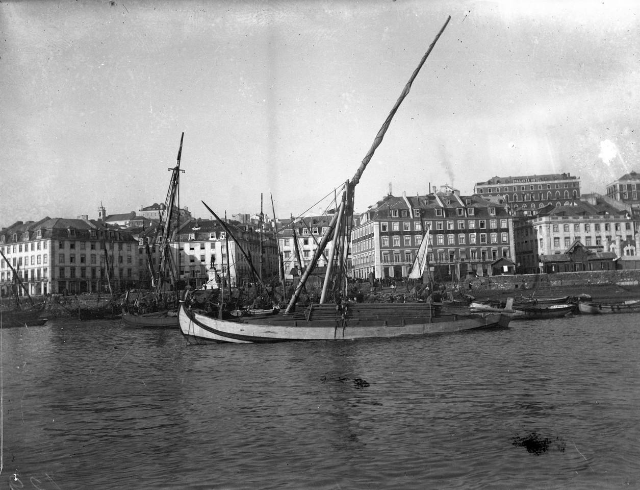 Fragatas no Cais do Sodré, 1892.jpg