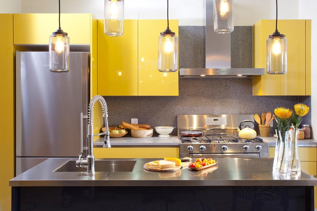 Cozinha de linhas direitas e simples com armários amarelos lacados e  #B38F18 1200 800
