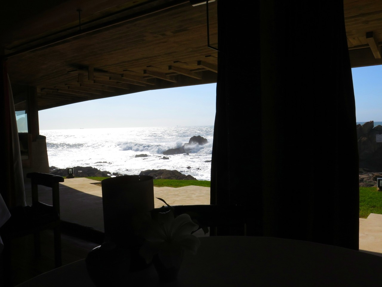 Durante alguns momentos, a sala do restaurante fica sem janelas e transforma-se numa esplanada