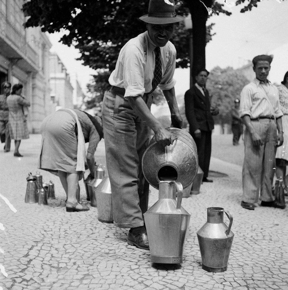 Distribuição de leite aos leiteiros, 1956, foto