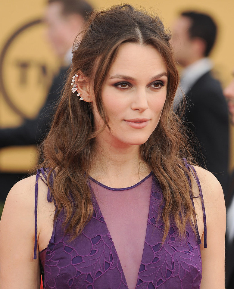 Keira-Knightley-cool-girl-Repossi-ear-cuff-total-s