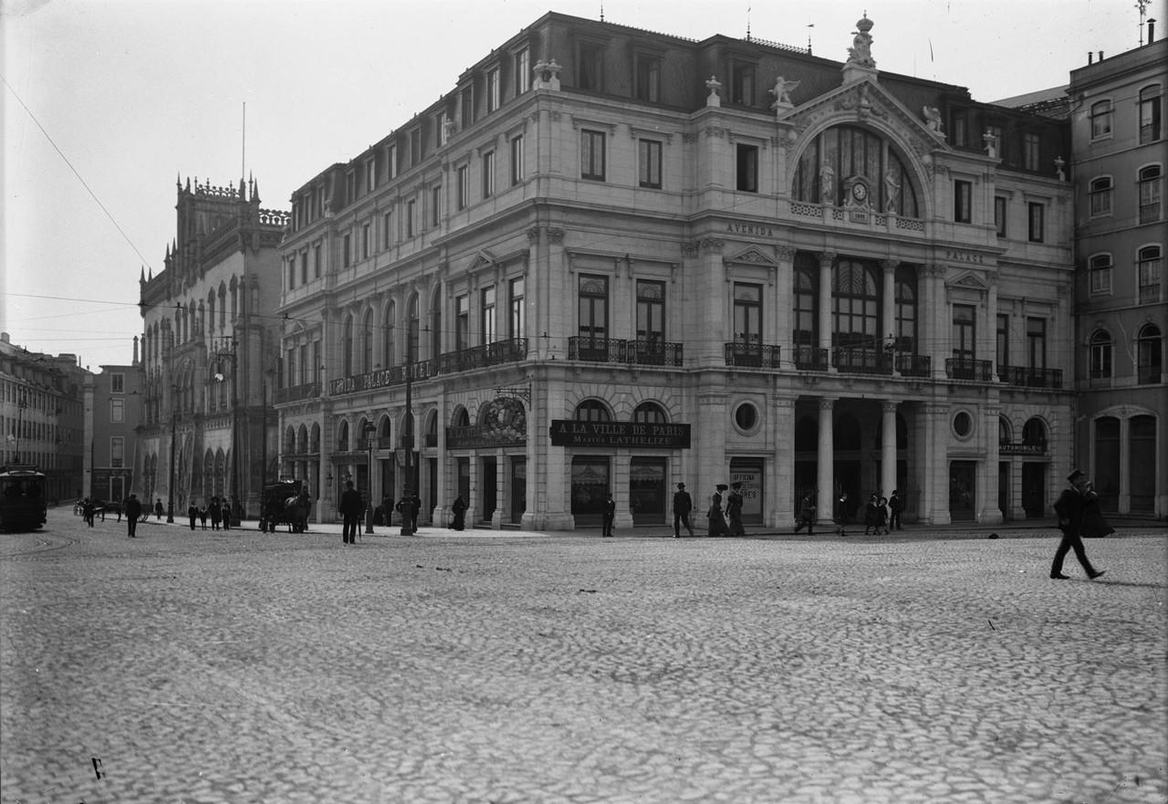 Avenida Palace Hotel, vendo-se, também, a estaç