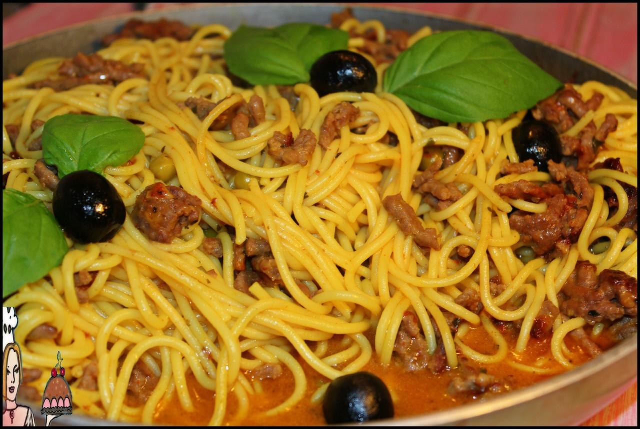 Esparguete à bolonhesa com ervilhas e manjericão