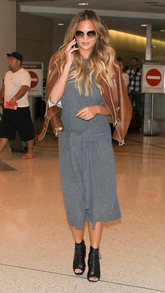 rs_634x1125-150818121713-634.Chrissy-Teigen-LAX-JR