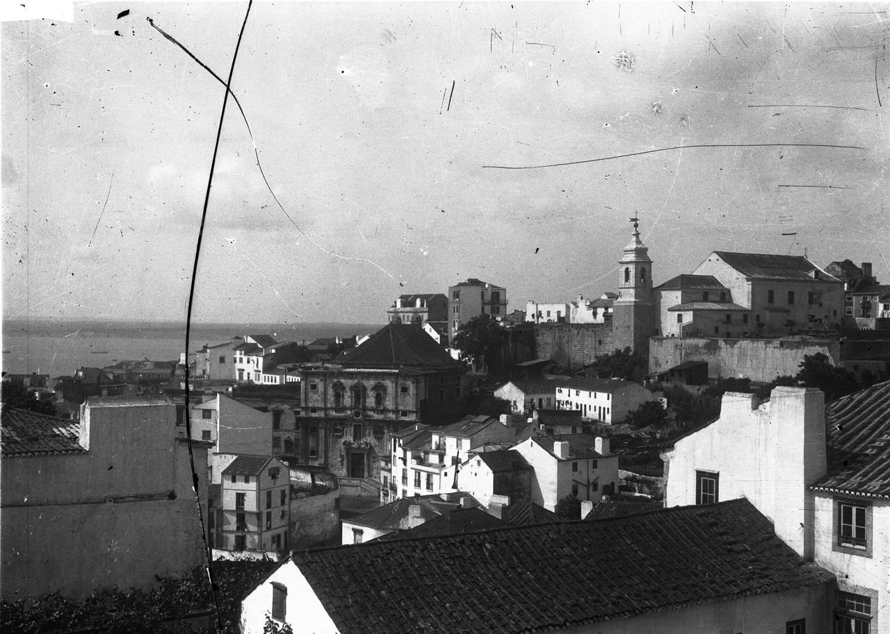 Panorâmica de Alfama onde se destaca a Igreja do