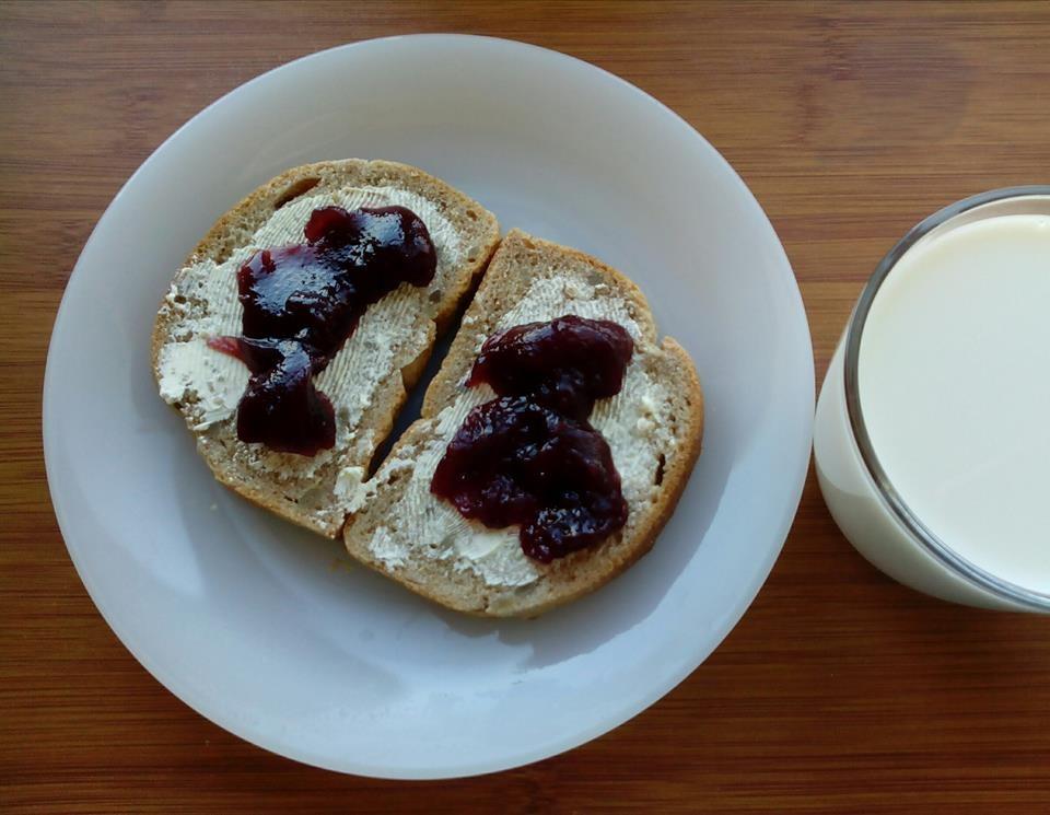 Pão de Espelta c Manteiga de Soja e Doce de Amora