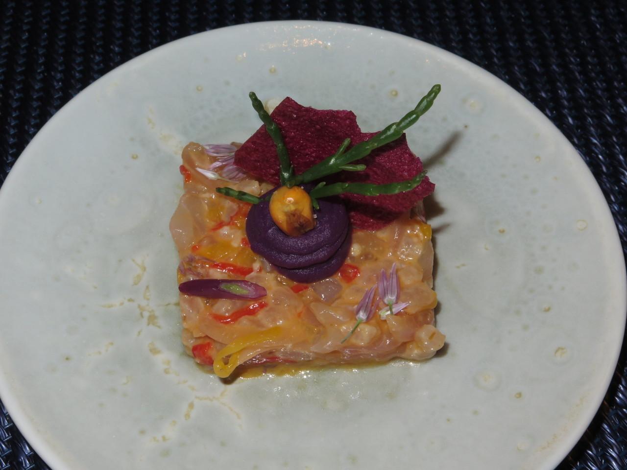 Tártaro de carapau, escabeche e batata-doce roxa