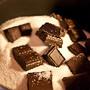 Bolo de café com dois chocolates