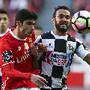 G. Guedes disputa uma bola com Anderson Carvalho