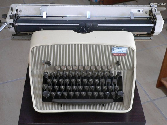 1322923358-maquina-de-escrever-antiga-messa
