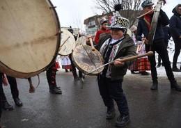 Desfile afastar maus espiritos Comanesti, Roménia