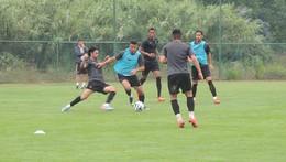 Jogadores aplicam-se sob o olhar de Paulo Sérgio