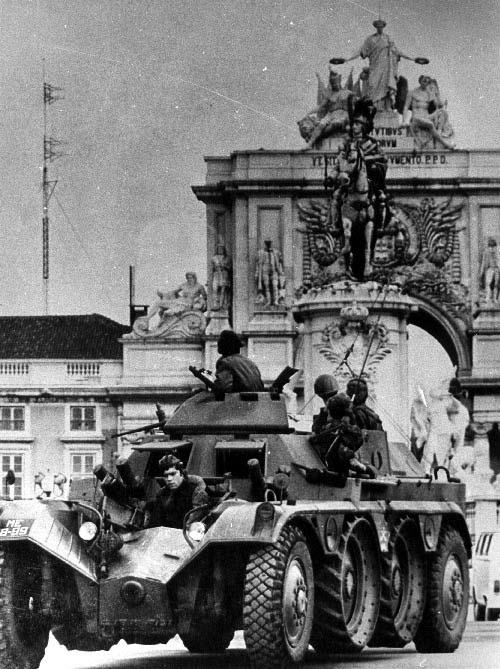 Tropas em carro blindado na Praça do Comérci