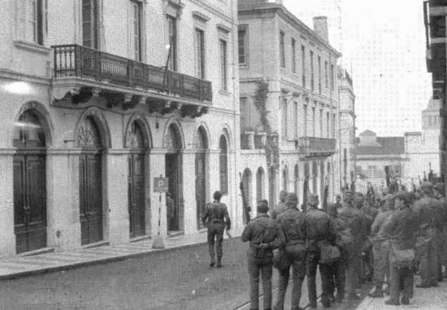 Militares frente à sede da PIDE DGS na Rua Ant
