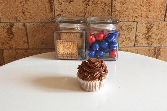 queques de chocolate com cobertura de chocolate e