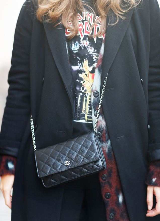 la-modella-mafia-Caroline-Bloomst-model-off-duty-street-style-coat-BZR-tee-Balenciaga-bag-Chanel-jeans-7-cardigan-Balenciaga